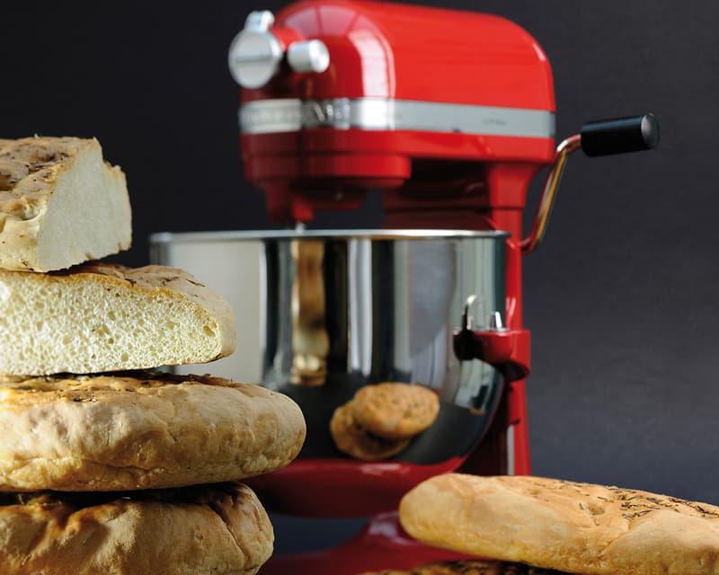 robot patissier rouge qui fait du pain