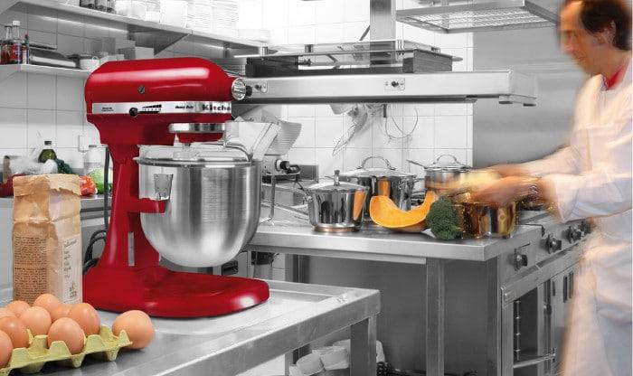 Kitchenaid Heavy duty rouge dans une cuisine professionnel