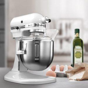 robot professionnel farine et oeuf sur comptoir